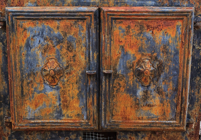 Photo of rusted doors